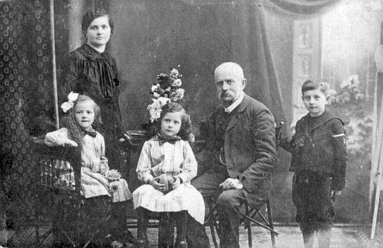 Babička jako vdova se svým otcem Matthäusem Hammerem a dětmi