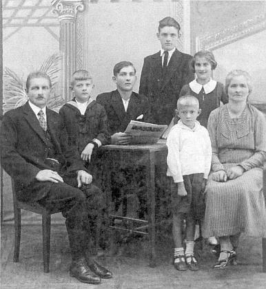 Otcovi rodiče Karl a Katharina Fritschovi se svými dětmi - Franz je ten vzadu uprostřed stojící