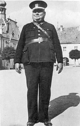 Impozantní postava jejího příbuzného Jakoba Hammera, novohradského městského strážníka (hákový kříž na radnici prozrazuje časový původ snímku)