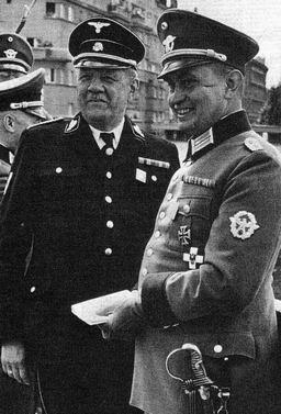 """Na snímku vlevo s plukovníkem """"Schutzpolizei""""Carle Retzlaffem"""