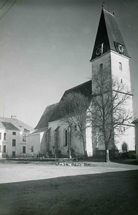 Kostel sv. Ondřeje v Rychnově nad Malší, kde byl pokřtěn, na pohlednici Josefa Wolfa