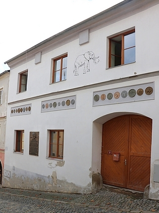 Rodný dům ve Vimperku s jeho pamětní deskou dnes (2018)