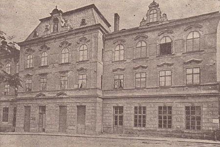 """Z této budovy v dnešní vimperské Kaplířově ulici čp. 168 nastupovaly každoročně Steinbrenerovy kalendáře cestu do světa (na počátku 21.století tu byl """"Amber hotel Anna"""")"""