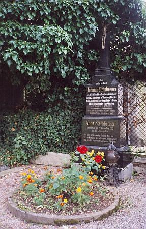 Kvetoucí hrob Johanna Steinbrenera a jeho ženy Anny na hřbitově ve Vimperku