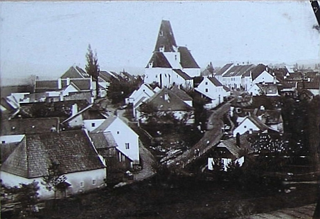 Horní Stropnice zachycená na snímku z roku 1897, vlepené do školní kroniky, kterou vedl s nesrovnatelnou osobní důkladností od roku 1888