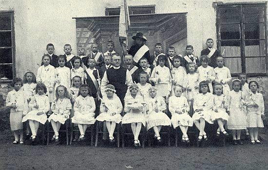 První svaté přijímání školáků v Horní Stropnici někdy v prvé polovině třicátých let minulého století, kdy tu pan řídící Steinko trávil svá poslední léta