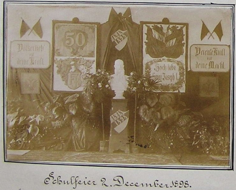 Slavnostní výzdoba školy v Horní Stropnici k 50. výročí panování císaře Františka Josefa, jak ji zachytil snímek ve školní kronice