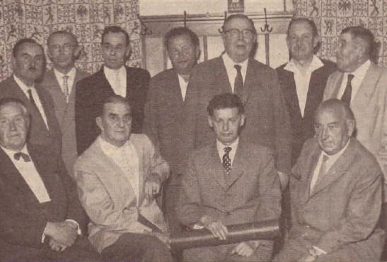 Na snímku s rodáky stojí třetí zprava, pvní zprava stojí Hans Thomas Steinbrener, sedící druhý zprava je Friedrich Stumpfi