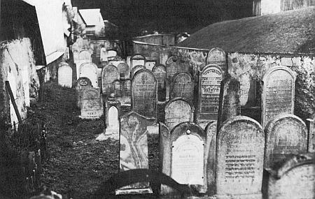Tři záběry ze starého židovského hřbitova v Rožmberku nad Vltavou, pořízené před rokem 1938
