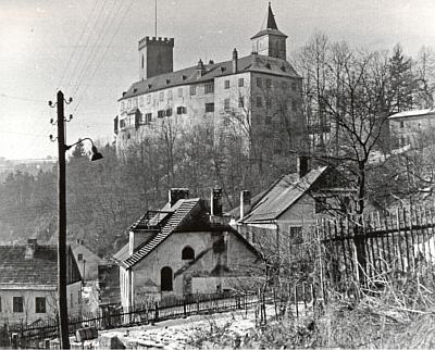 Synagoga z boku i průčelí na dvou snímcích z roku 1965