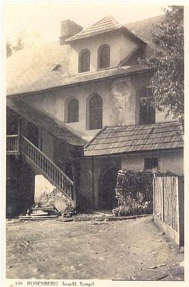 Synagoga v Rožmberku nad Vltavou kolem roku 1930 na pohlednici krumlovského fotografa Josefa Wolfa...