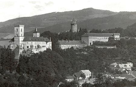 Pod hradním vrchem je tu zachycena rožmberská synagoga vpravo dole