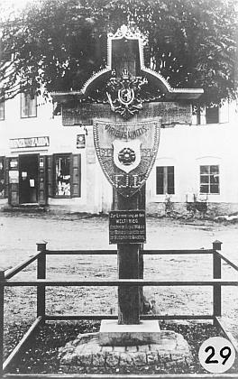 Za padlé vojáky v první světové válce a na podporu dalšího válečného úsilí stál v Rožmberku nad Vltavou tento kříž pobitý hřeby, nahrazený později památníkem obětí