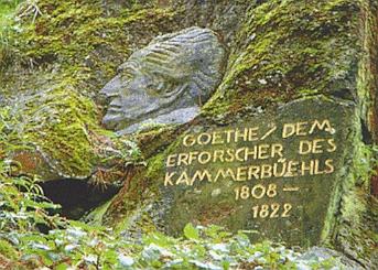 Na Komorní hůrce najdeme i tento památník Goethův