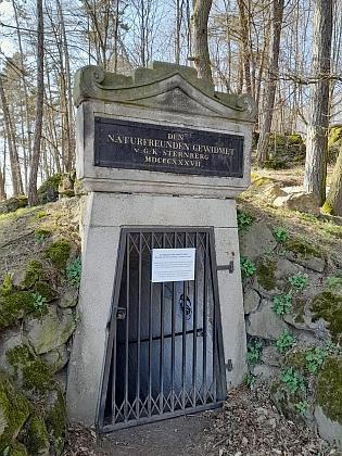 Vstup do chodby, která měla dokázat, že Komorní hůrka na Chebsku je naší nejmladší sopkou, nese jeho jméno aletopočet 1837