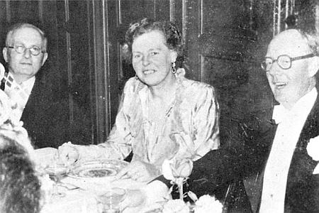 Marie-Hermine Daublebská rozená Künigelová z Ehrenburgu (1904-1981) mezi Alfredem Sterneckem a Walterem Petterssonem na svatbě Heinze Sternecka s Marií-Annou Pettersson, Nacka ve Švédsku 21. června 1952