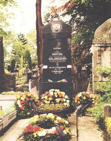 Rodinná hrobka Holanských a Daublebských-Sternecků na českobudějovickém hřbitově u sv. Otýlie v květnu 1985, po pohřbu Gisely Daublebské-Reiningerové (1903-1985)
