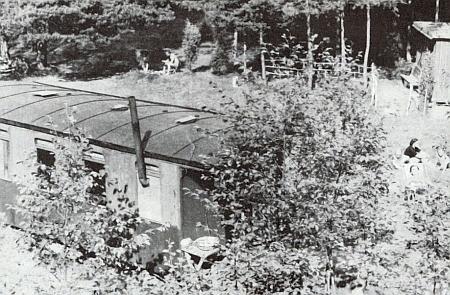 Jeden z vagonů v údolí řeky Malše pod hradem Pořešín, ve kterých od poloviny dvacátého století chatařily rodiny Eduarda Ludvíka a Bedřicha Martina Daublebských, na snímku z roku 1953