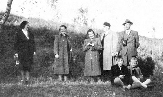 Nalevo tu stojí Gisela Daublebská-Reiningerová, napravo pak v klobouku Bedřich Martin Daublebský     a při něm sedící dvě z jeho dětí - Bedřich Eduard a Gisela Johanna, matka Tomáše Sternecka