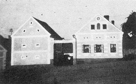 Rodný statek Schlesingerhof čp. 19 v Semošicích na snímku z roku 1932