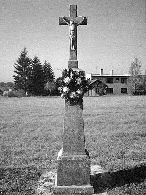 """Tzv. """"Stichův kříž"""" v Semošicích při cestě do Doubravy, zřízený 1931 a renovovaný v roce 1991"""