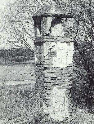 """Semošická muka """"při trati"""" na jeho snímku zdubna roku 1996..."""