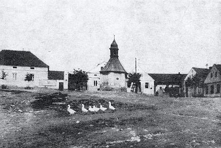 Návesní kaple v rodných Semošicích, zasvěcená svatému Martinu, k jehož jménu se vždy neodmyslitelně pojila svatomartinská husa