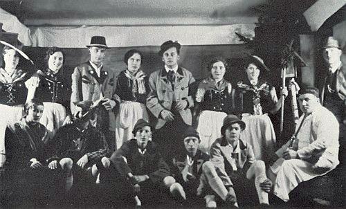 Roku 1937 hrál mlynářského učně ve hře Der Geigenmacher von Mittenwald, uvedené semošickými ochotníky v místním nářečí (sedí mezi nimi druhý zprava)