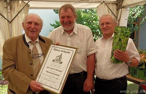 S diplomem sdružení Verein der heimatreuen Böhmerwäldler stojí tu v roce 2018 s bratrem Wolfgangem, který tomuto sdružení předsedal, a také s Franzem Nodesem