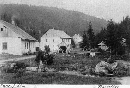 Pekařství, škola a Panský dům (až ten vzadu) v rodném Františkově