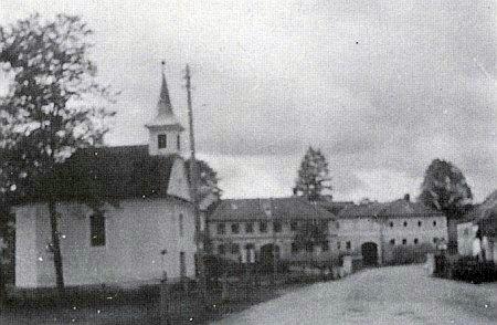 """Dům čp. 6 zvaný """"Wirt-Franzl"""" a obecní kaple před ním v někdejší Hůrce"""