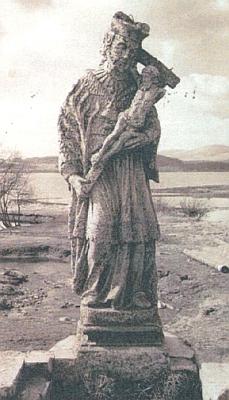 """""""Prvý"""" Nepomuk """"prapraprastrýce"""" Franze Stiftera na mostě přes Olšinu v Černé v Pošumaví na snímku někdy z roku 1968"""