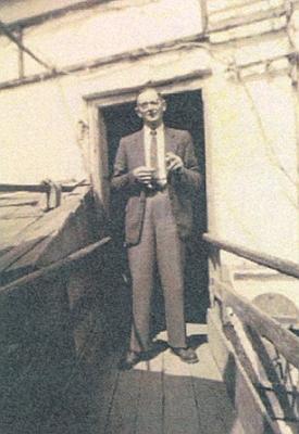 Otec roku 1946 před vchodem do špýcharu na obilí v Hartkirchen, kde zprvu po vyhnání bydlili