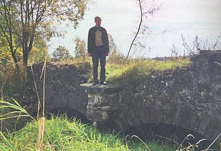 """Stojí tu na mostku přesně v místě, kde kdysi na druhou stranu hleděl kamenný """"druhý"""" Nepomuk Franze Stiftera"""