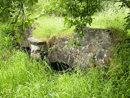Záběr téhož mostku přes Jelmský potok v Hůrce z roku 2012 (viz i Gustav Pasta)