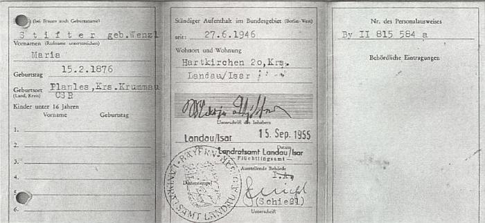 """""""Flüchtlingausweis"""", tj. vyhnanecký průkaz jeho babičky Marie z otcovy strany"""