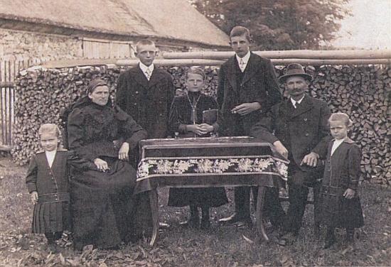 Rodina jeho prarodičů: odleva teta Eleonore, babička Marie, roz. Wenzelová (1876-1957), strýc Franz,     teta Marie, otec Johann, dědeček Johann Stifter (1862-1939) a teta Emilie