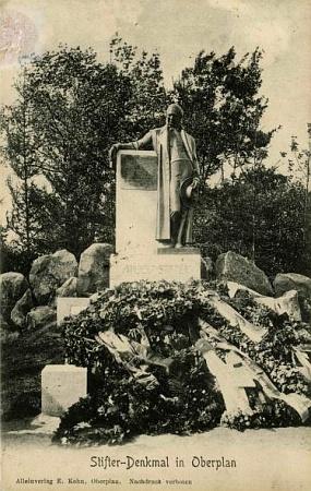 Stifterův pomník na pohlednici z počátku 20.století