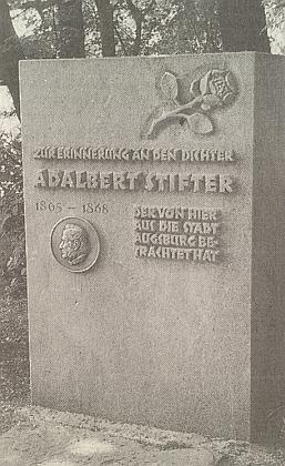 Tento památník mu postavili  v bavorském Augsburgu jen proto, že z výšiny Kobel kdysi pozoroval město