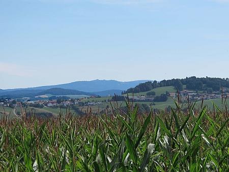 Hostinec ve Vendelsbergu, další místo Stifterových šumavských pobytů (tentokrát na bavorské straně) a pohled od něj na Třístoličník