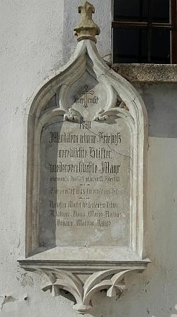 Matčin náhrobek na stěně hornoplánského kostela sv. Markéty