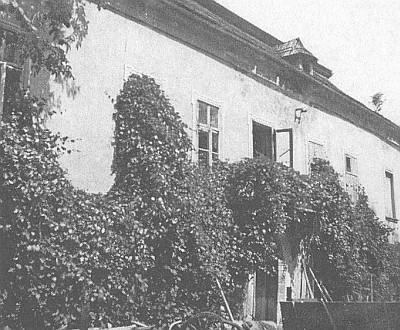 Západní křídlo zámku ve Starém Sedlišti, z jehož oken byla po válce národním správcem podle očitých svědků vyházena sbírka minerálů, darovaná sem samotným J.W. Goethem, před demolicí roku 1970