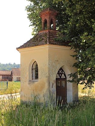 Kaple v rodné Podražnici a prázdná náves