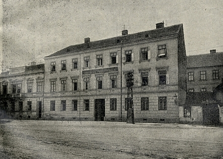 Budějovická německá lesnická škola, později umístěná na Pražské třídě (viz snímek nahoře), sdílela původně se zemědělskou školou prostory budovy v ulici Na Sádkách...