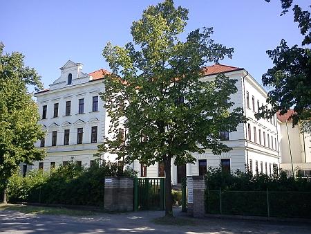 ... kde dnes sídlí Ústav nanobiologie a strukturní biologie CVGZ Akademie věd České republiky (viz i Rudolf Hoschek)