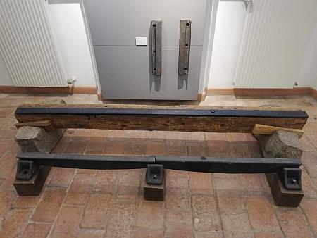 Kolejnice použité na trati koněspřežky z Českých Budějovic do Lince, jak je představuje muzeum v někdejší stanici Kerschbaum