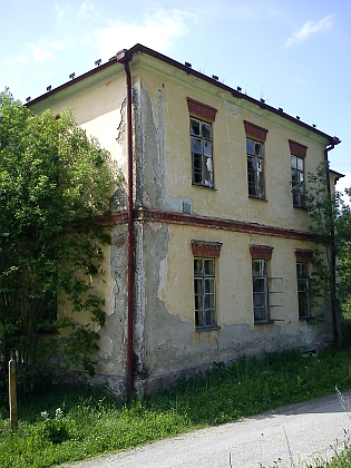 Chátrající budova německé školy v Kyselově, do které chodila