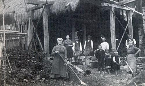 Stavba stodoly při Hoferových statku v roce 1920, tedy 3 roky předtím, než se Rosamunde narodila - matka Theresie stojí druhá zleva,     otec Leopold úplně vpravo za děvečkou, vpředu jsou čtyři Rosamundini starší sourozenci - viz níže archy ze sčítání lidu