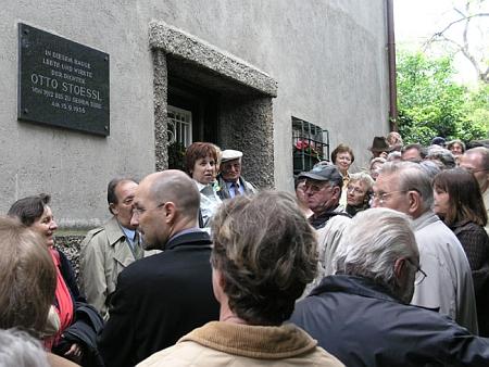 Odhalení pamětní desky na domě čp. 20 ve vídeňské Matrasgasse, kde žil a pracoval od roku 1912     až do své smrti 15. září 1936 - vilu postavil Adolf Loos v letech 1911-1912