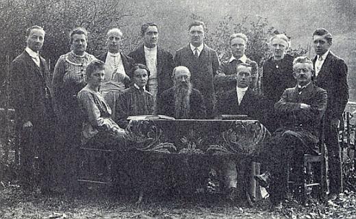 Za svého učitelování ve Frymburku 1920 stojí prvý zleva, druhá zleva sedí Franziska Greiplová
